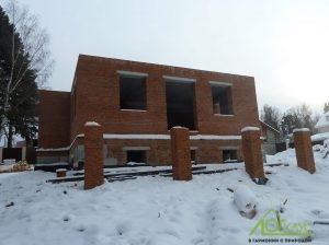 Строительство первого кирпичного этажа дома-шале