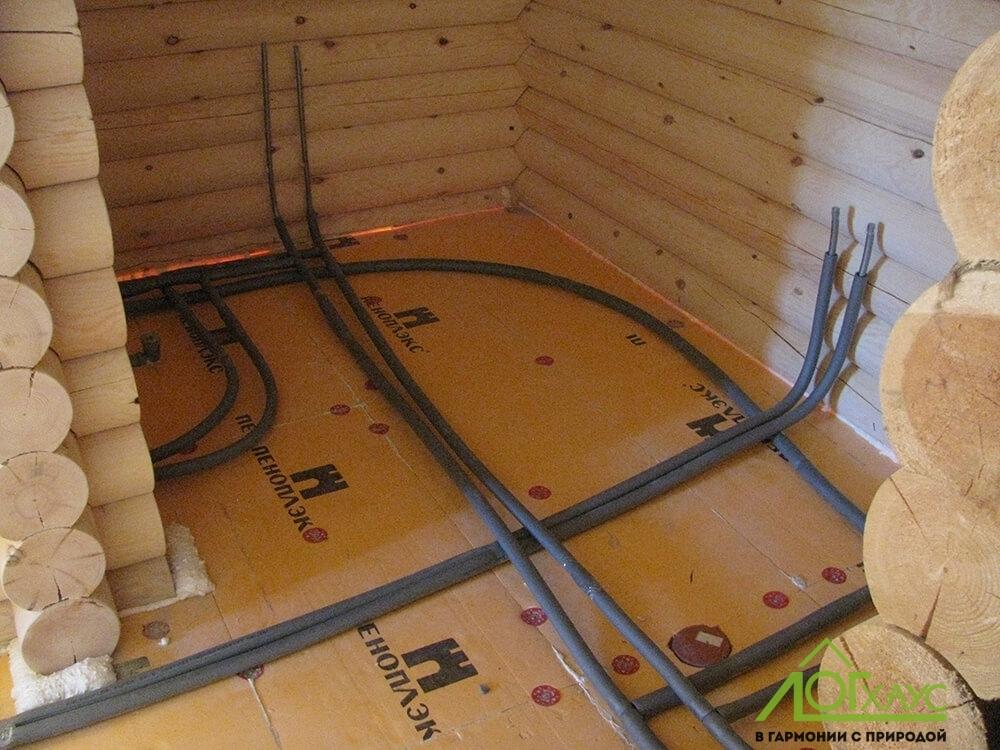 Монтаж инженерных систем в полу бревенчатой бани