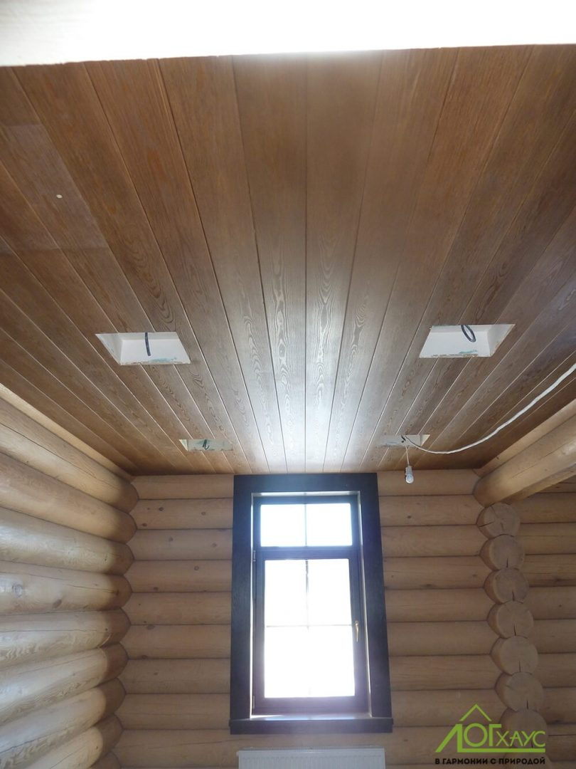 Комбинированная отделка потолка загородного дома