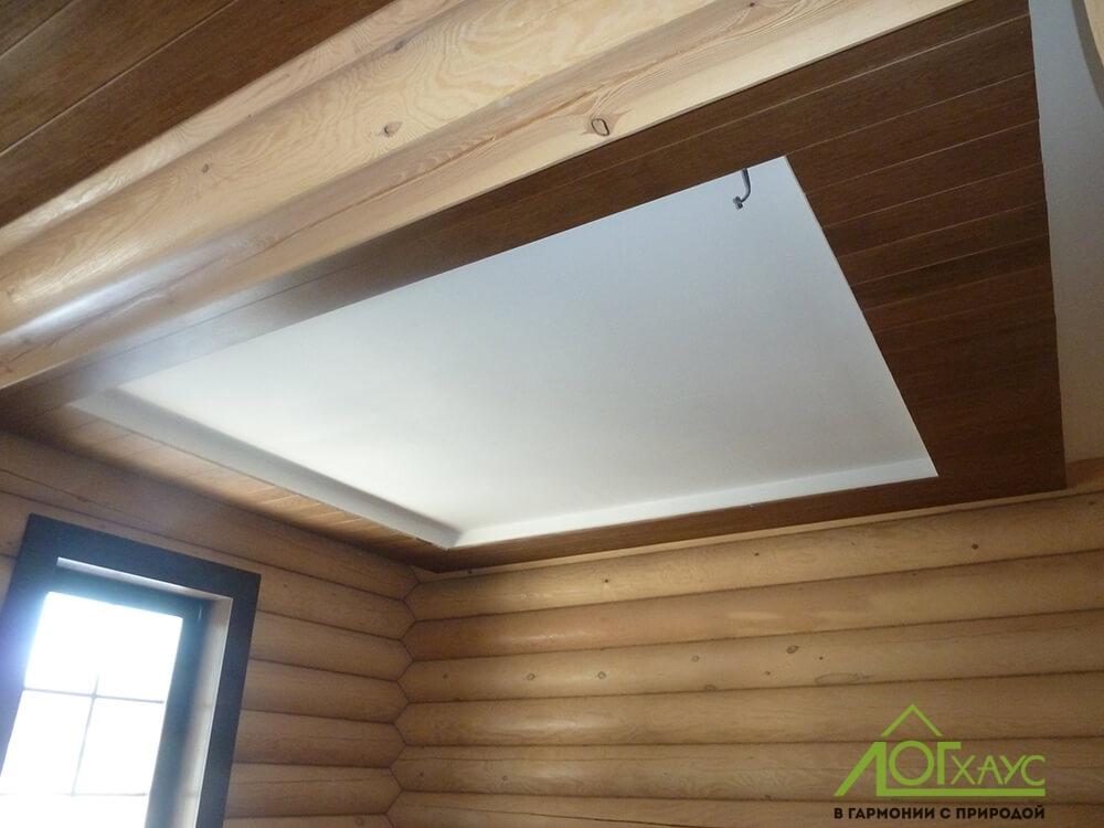 Комбинированный потолок из дерева и штукатурки