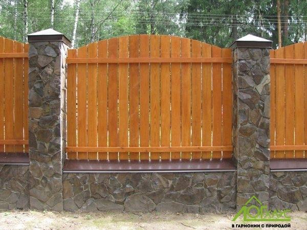 Деревянный забор с каменными столбами