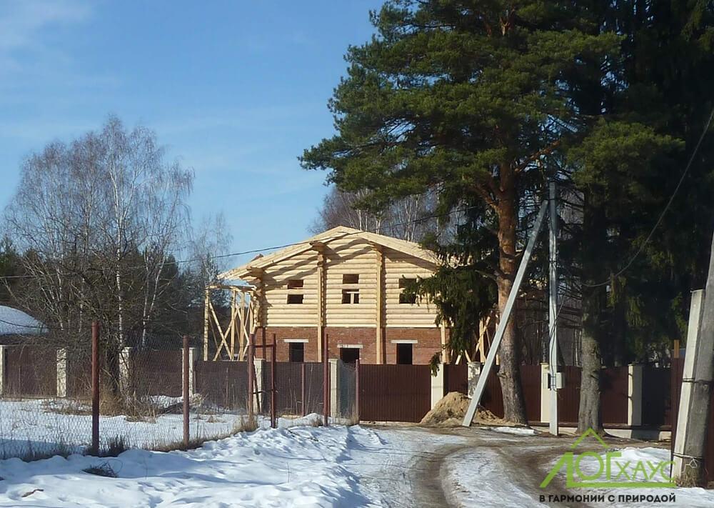 Строительство конструктива дома-шале из бревна и кирпича