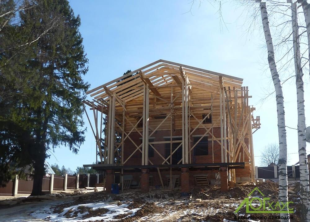 Установка сруба второго этажа комбинированного дома
