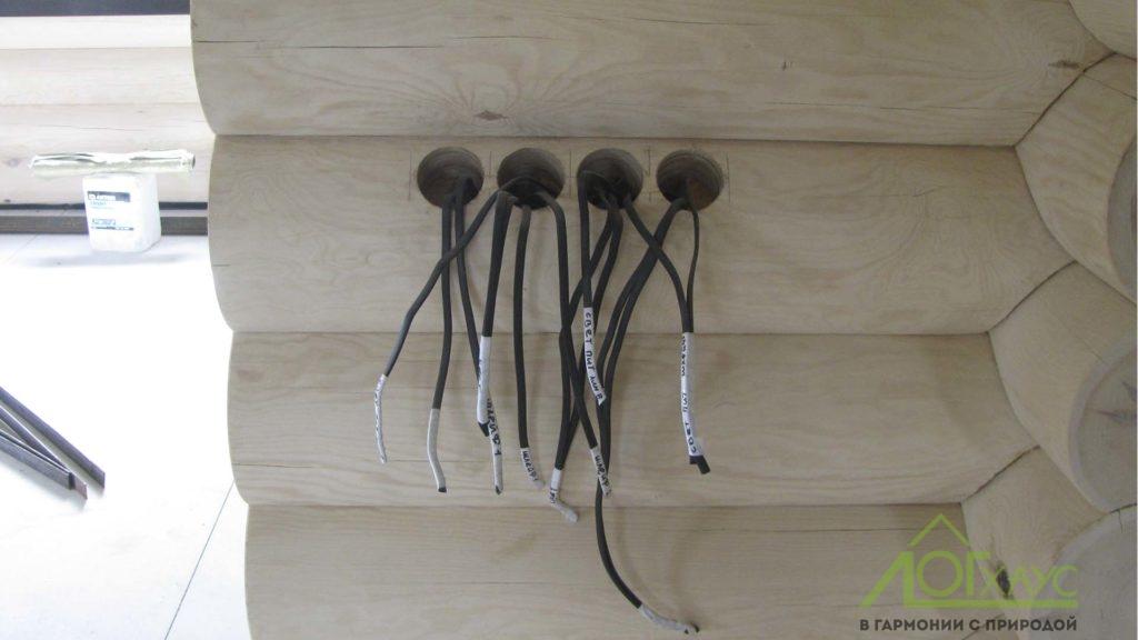 Вывод кабеля под приборы в доме из бревна