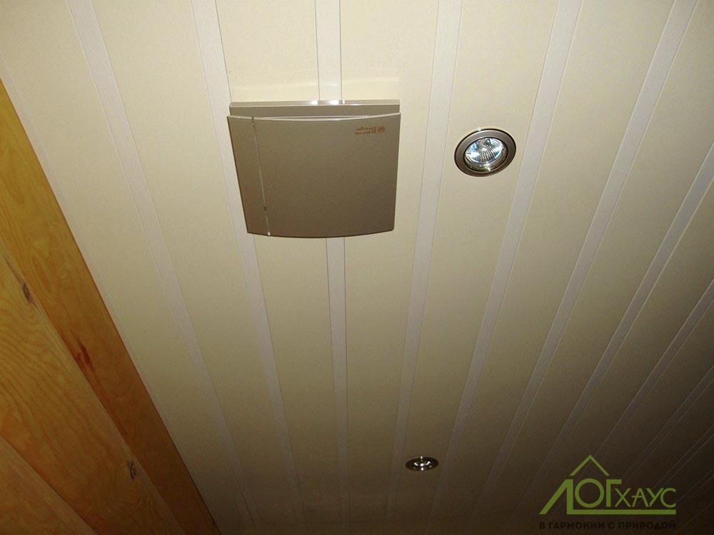 Вытяжной вентилятор в санузле дома из бревна