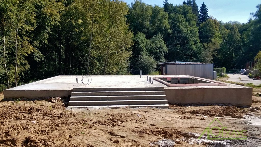Установка фундамента бани с чащей бассейна