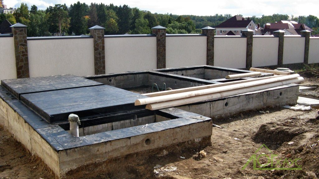 Установка фундамента бревенчатой бани с плитой