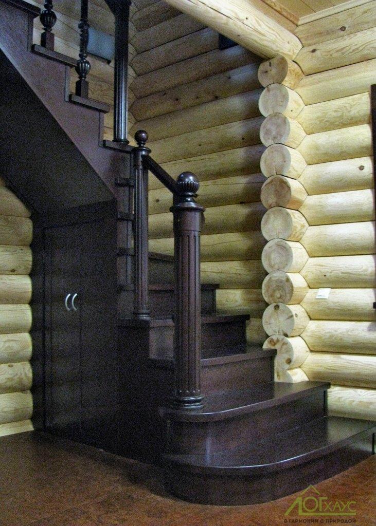 Деревянная лестница в бане из бревна