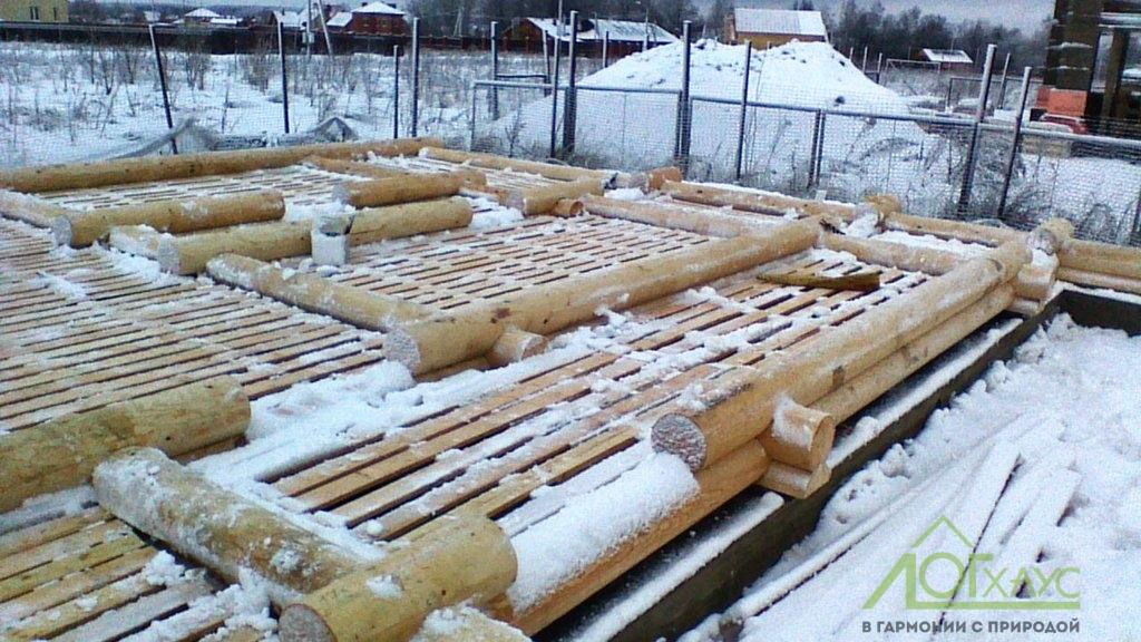 Монтаж сруба бани из бревна