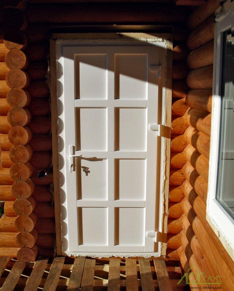 Установка входной двери в срубе бани
