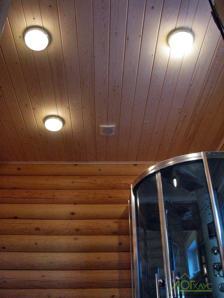 Потолок душевой с деревянной отделкой