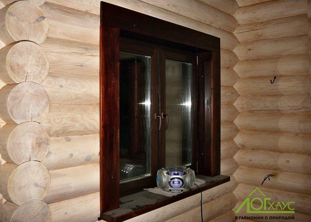 Установка окна и наличников бани из бревна