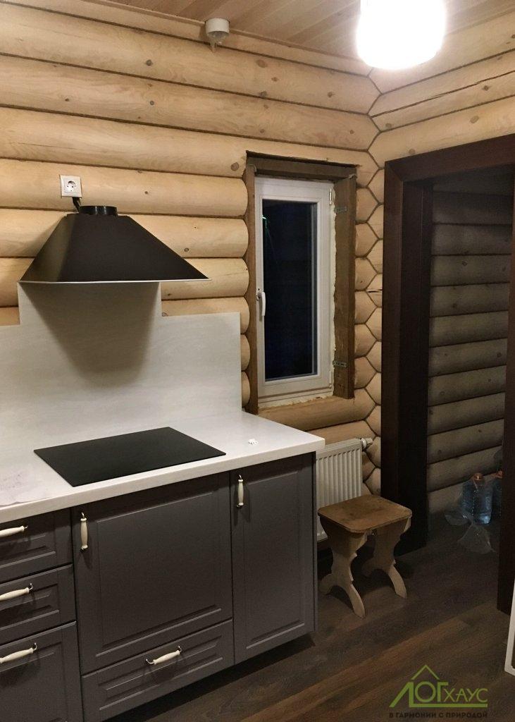 Вырезка окна в бревне с установкой в готовом доме из бревна