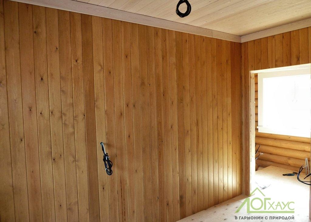Каркасная стена в доме из бревна