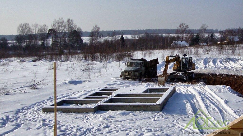 Установка ленточного фундамента под баню из бревна