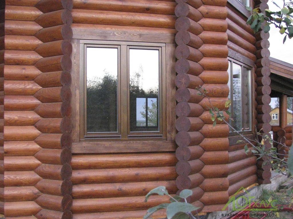 Окно и наличники в эркере деревянного дома