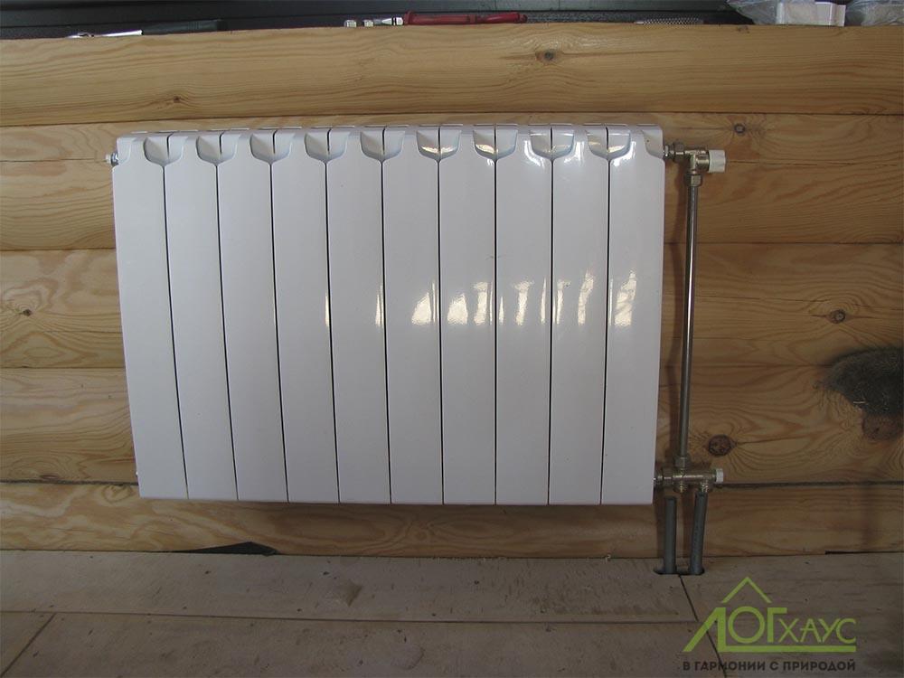 Радиатор отопления в доме из бревна