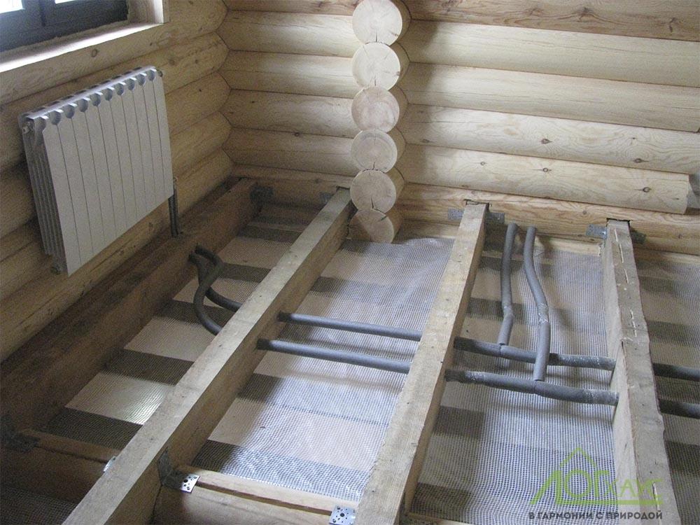 Трубы отопления и радиаторы в доме из бревна