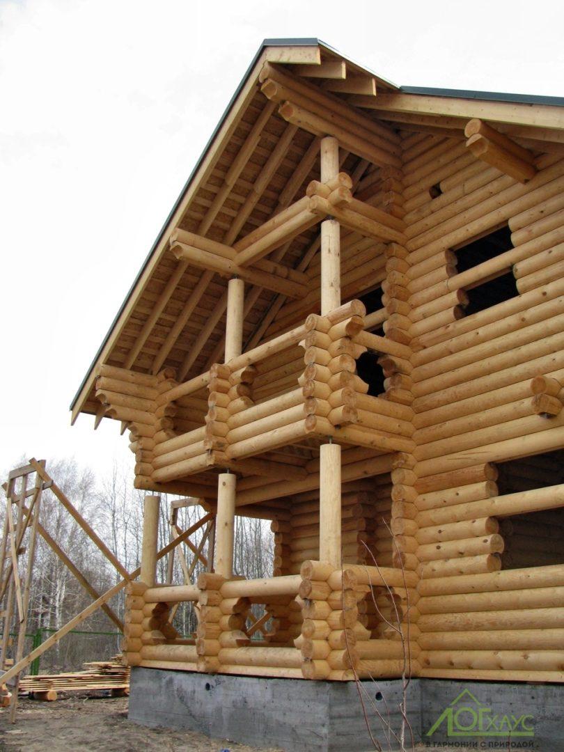 Постройка бревенчатого дома с крышей