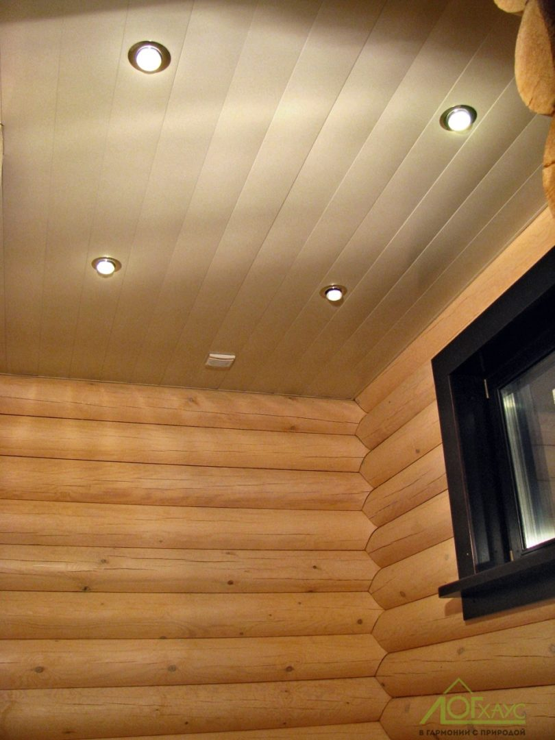 Монтаж освещения и реечного потолка в санузле сруба