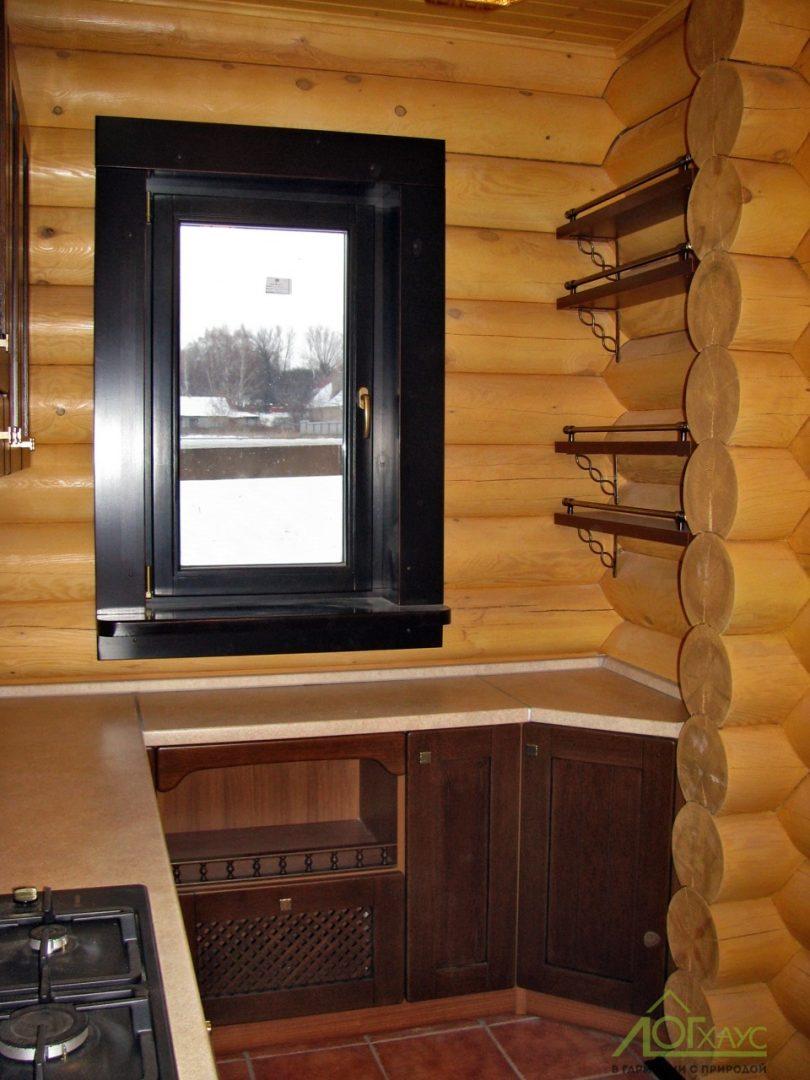 Окошко на кухне деревянного дома