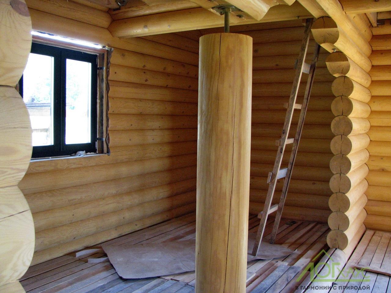 Столб из оцилиндрованного бревна в загородном доме