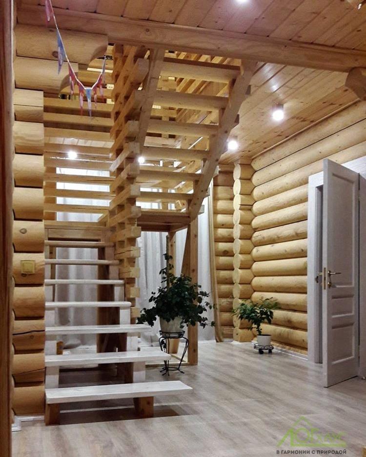Гостиная в доме из бревна