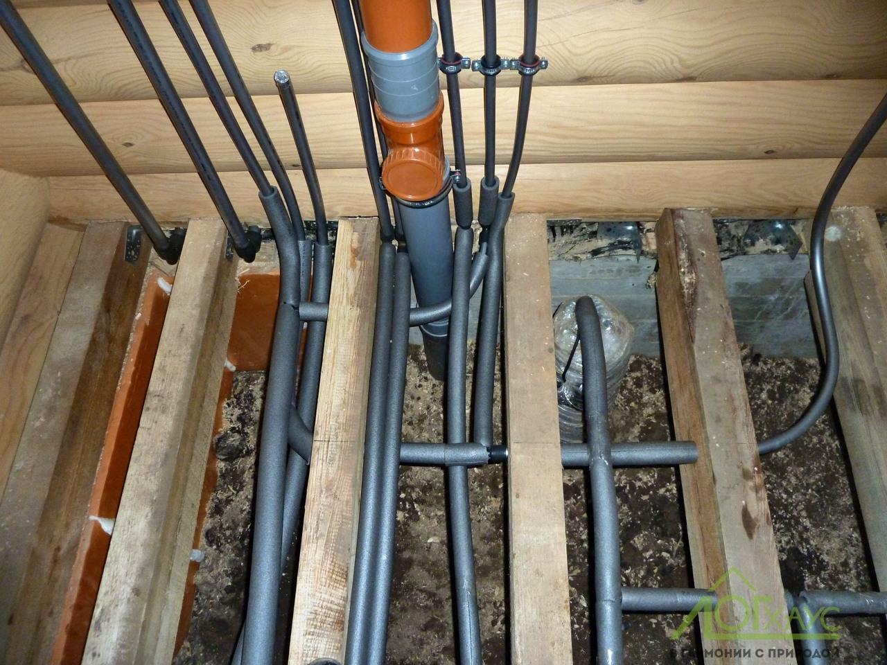 Монтаж инженерных коммуникаций в полу деревянного дома