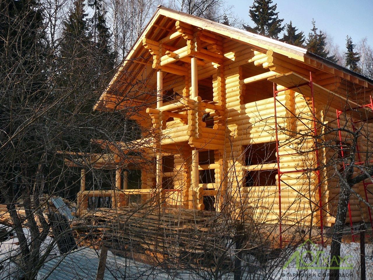 Сборка сруба и крыши дома из бревна