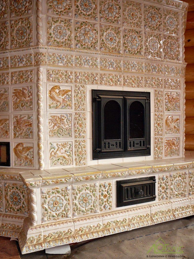 Печь-камин в бревенчатом доме
