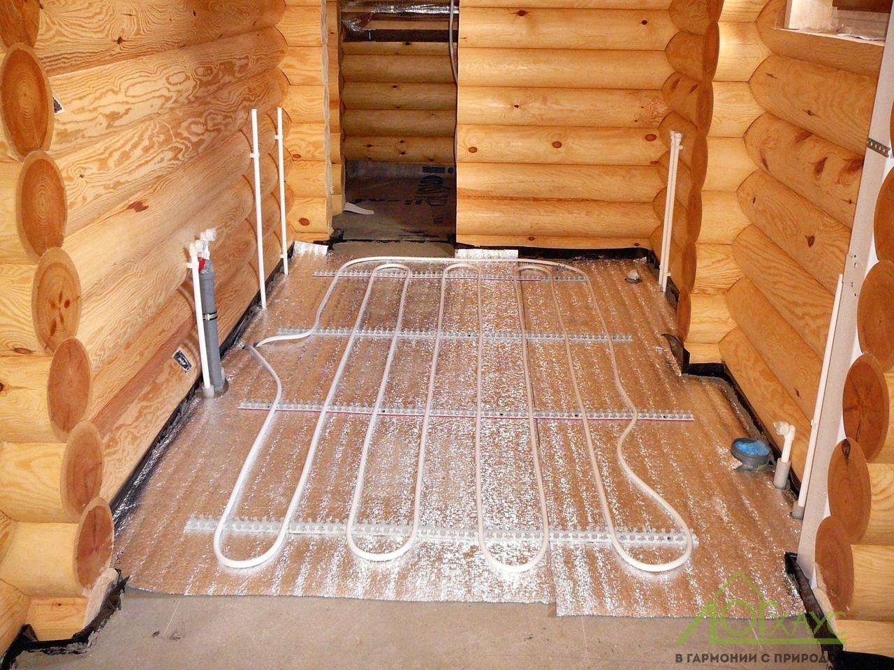 Монтаж теплого пола в загородном доме из бревна