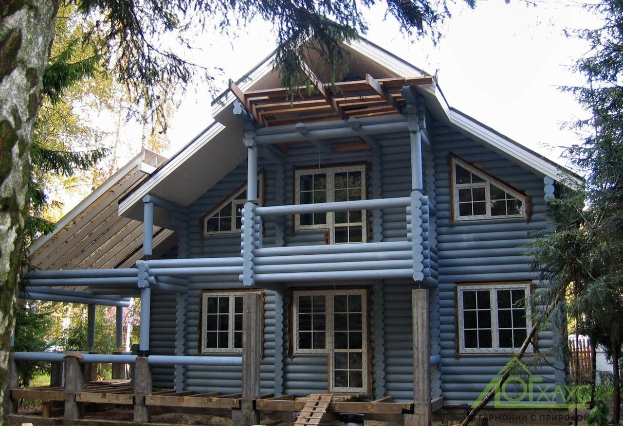 Светло-голубой дом из оцилиндрованного бревна