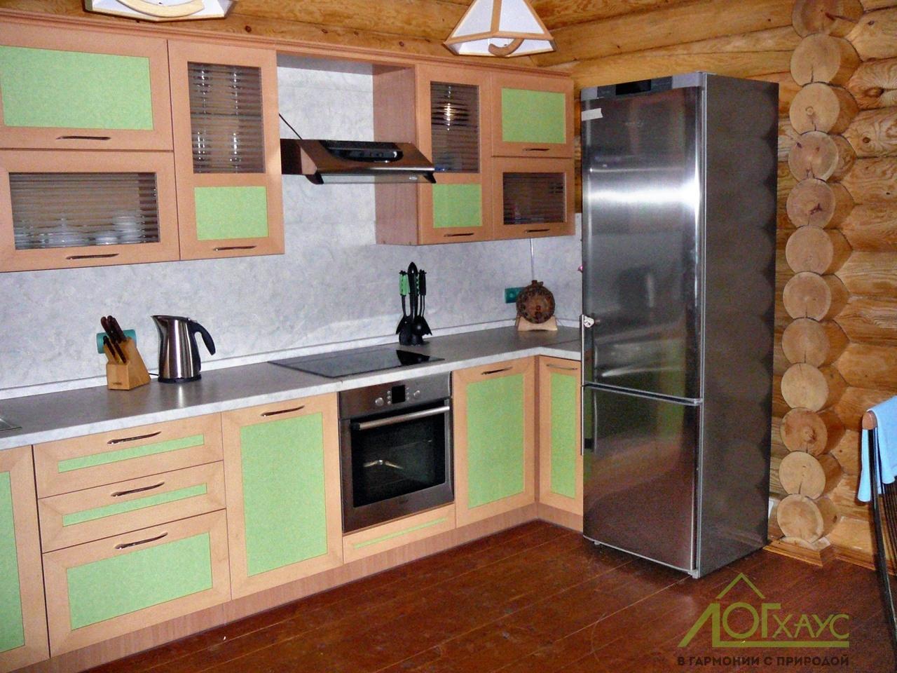Кухня в деревянном доме из бревна