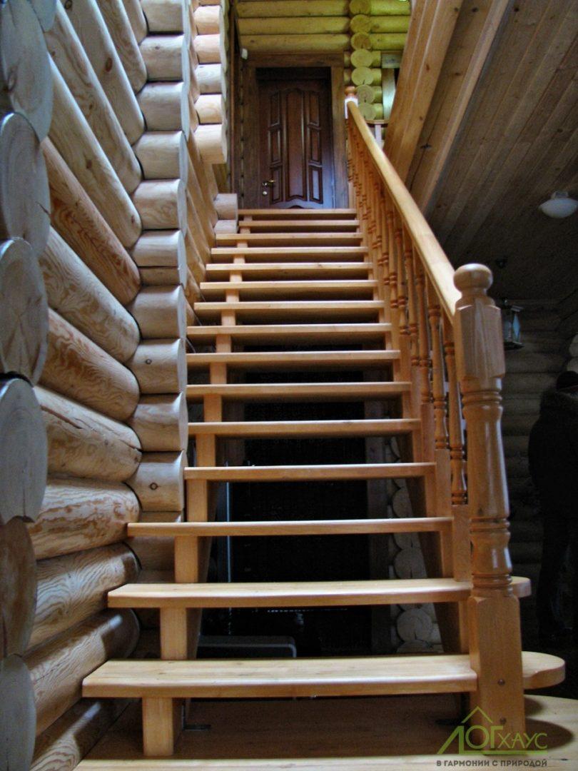 Деревянная межэтажная лестница в деревянном доме