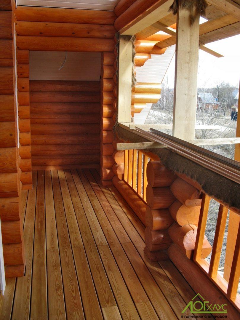 Отделка балкона дома из бревна
