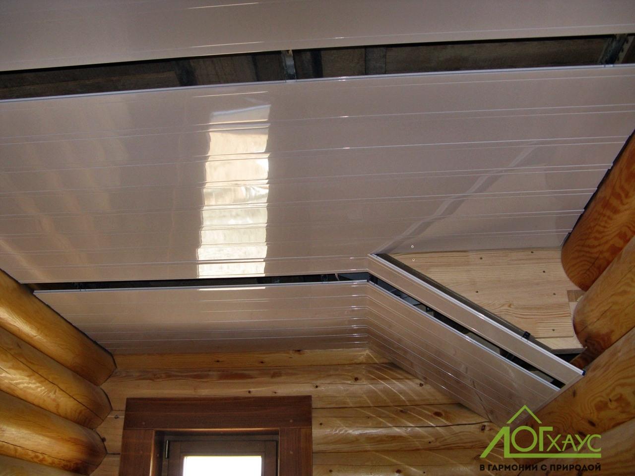 Реечный потолок в санузле деревянного дома