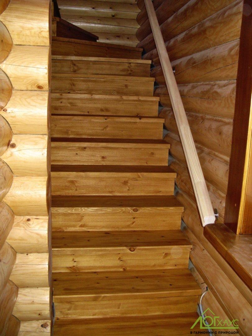 Деревянная лестница в доме из бревна