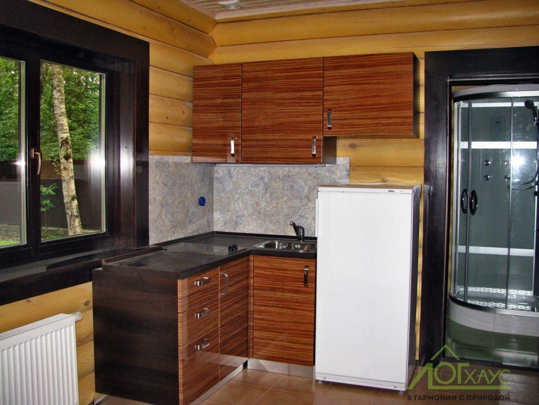 Небольшая кухня в деревянном доме