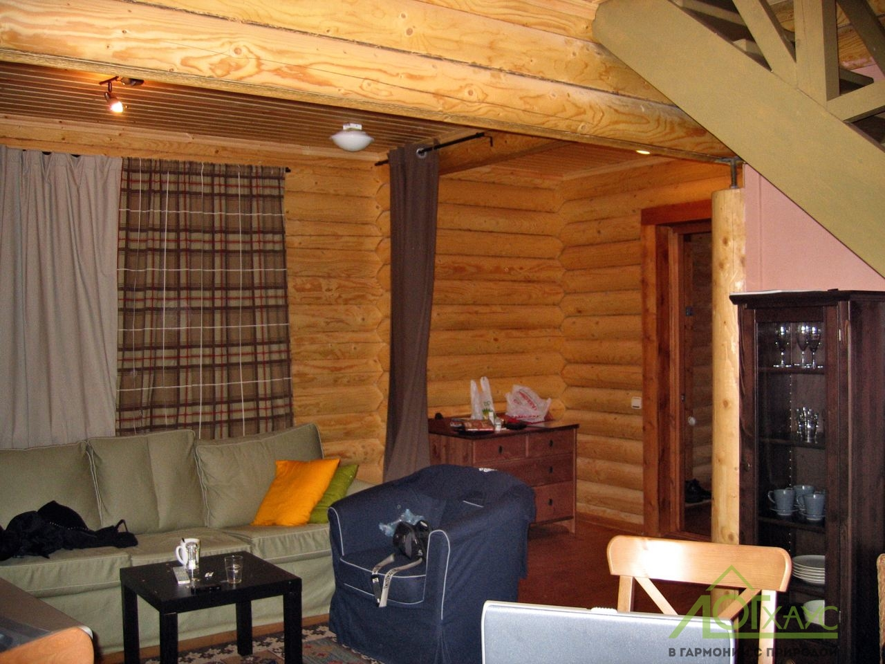 Гостиная дома из бревна