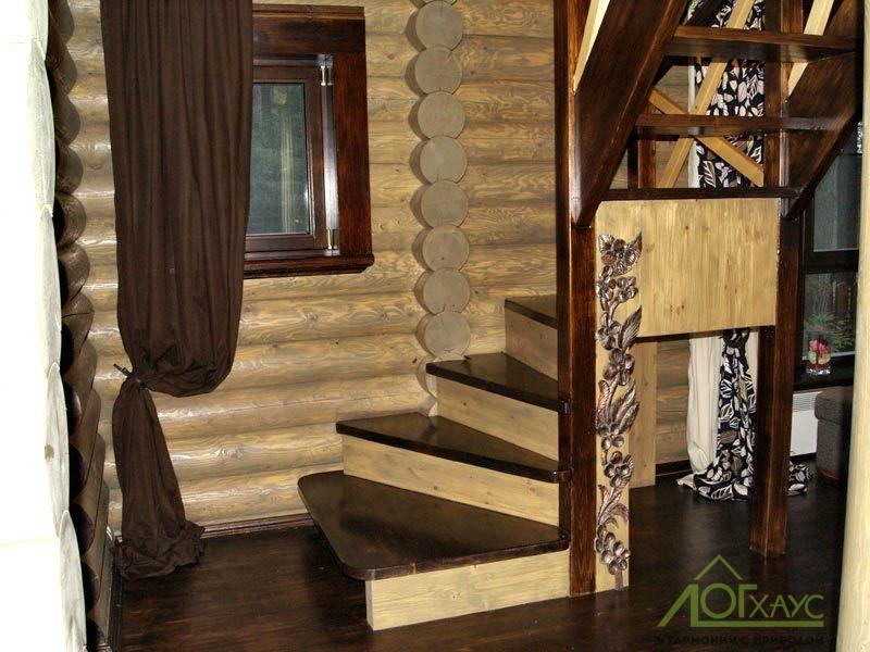 Деревянная лестница в бревенчатом доме