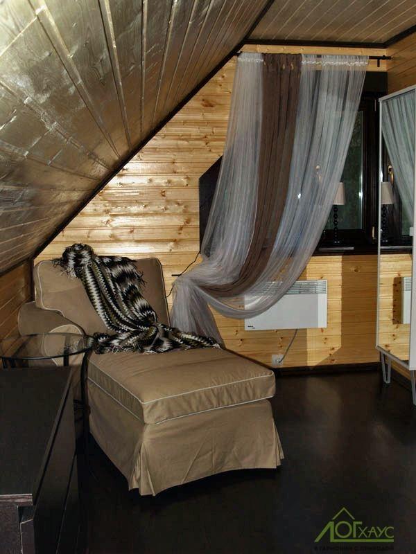 Интерьер мансардного этажа деревянного дома