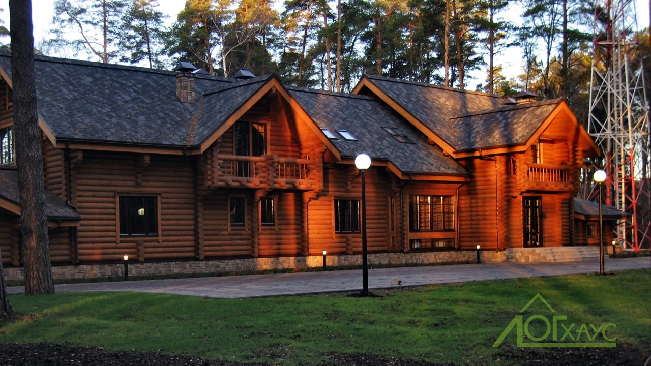 Большой дом-баня из бревна в лесу