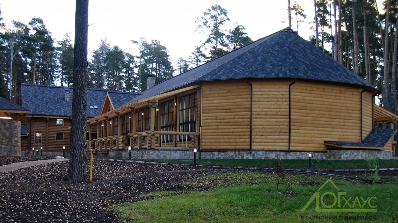 Дом-баня из бревна с бассейном