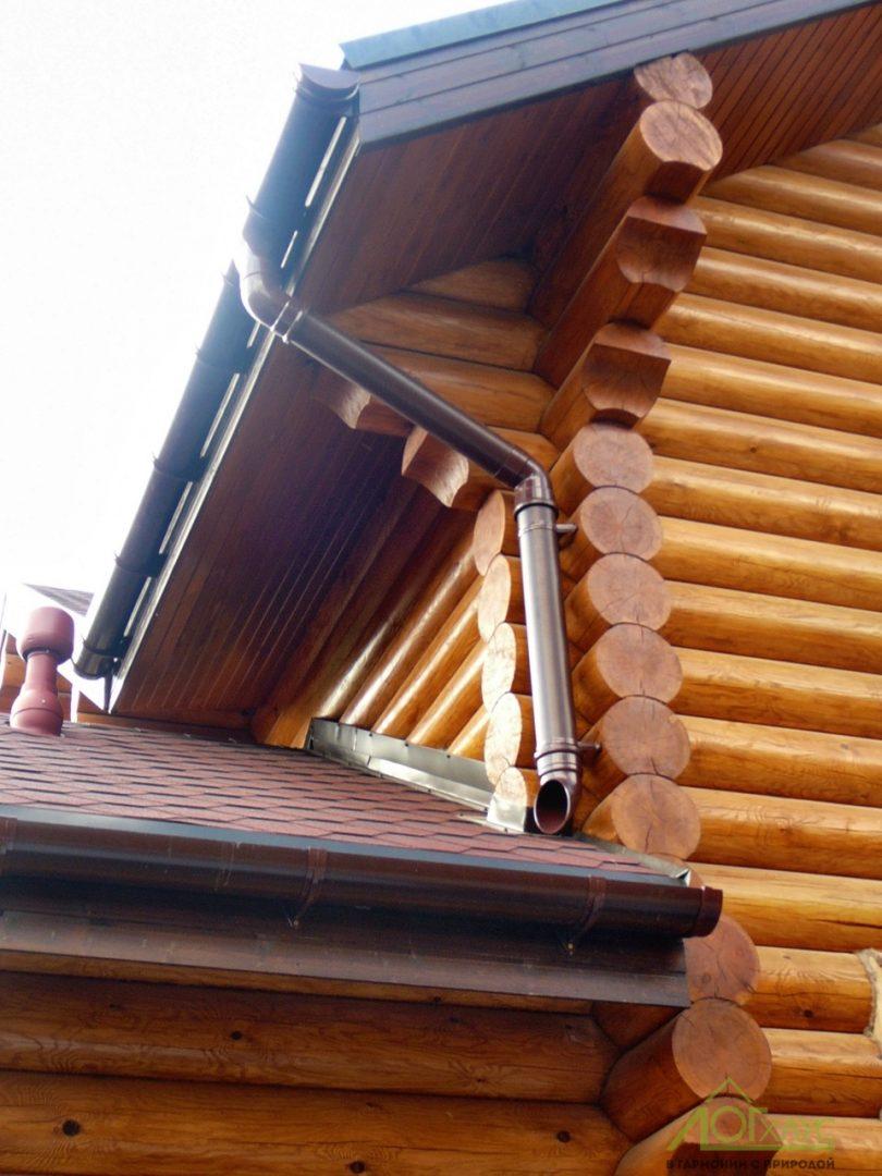 Установка водостоков на дом из бревна