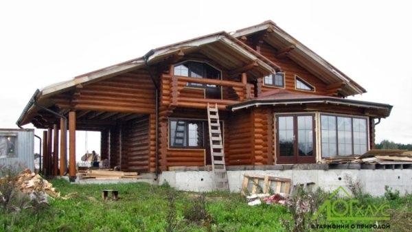 Покраска дома из бревна