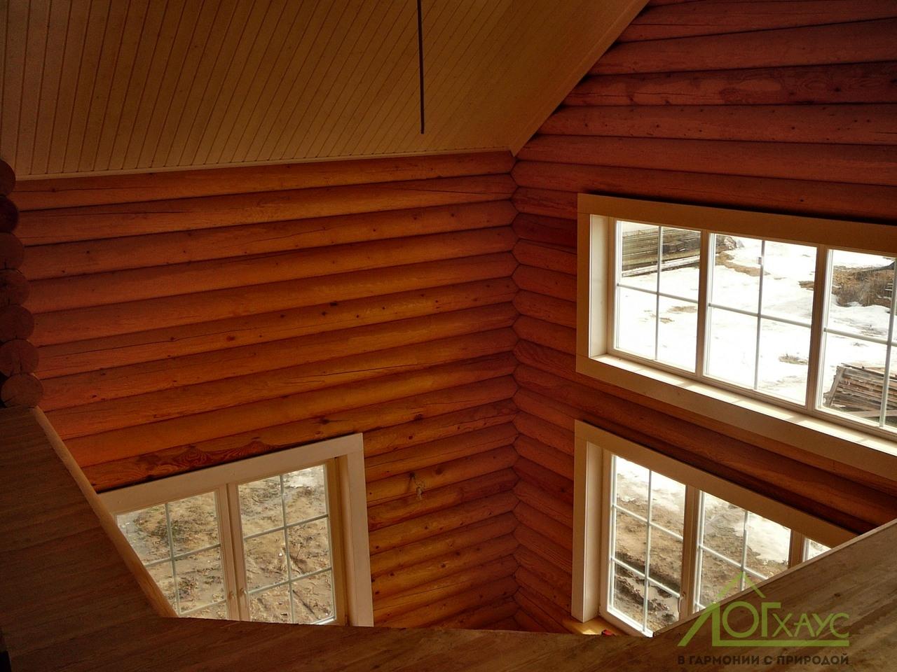 Внутренняя отделка гостиной со вторым светом в бревенчатом доме