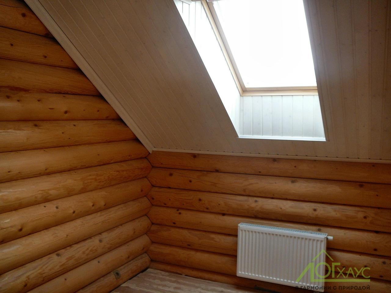 Мансардной окошко в деревянном доме
