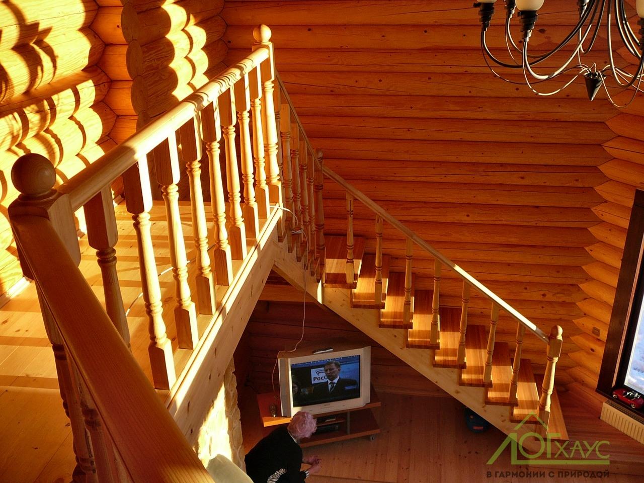 Второй свет и лестничный холл в бревенчатом доме
