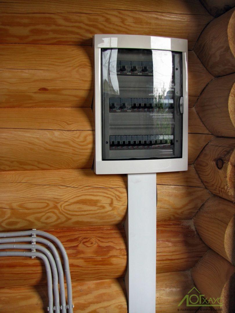 Монтаж электрощита в доме из бревна