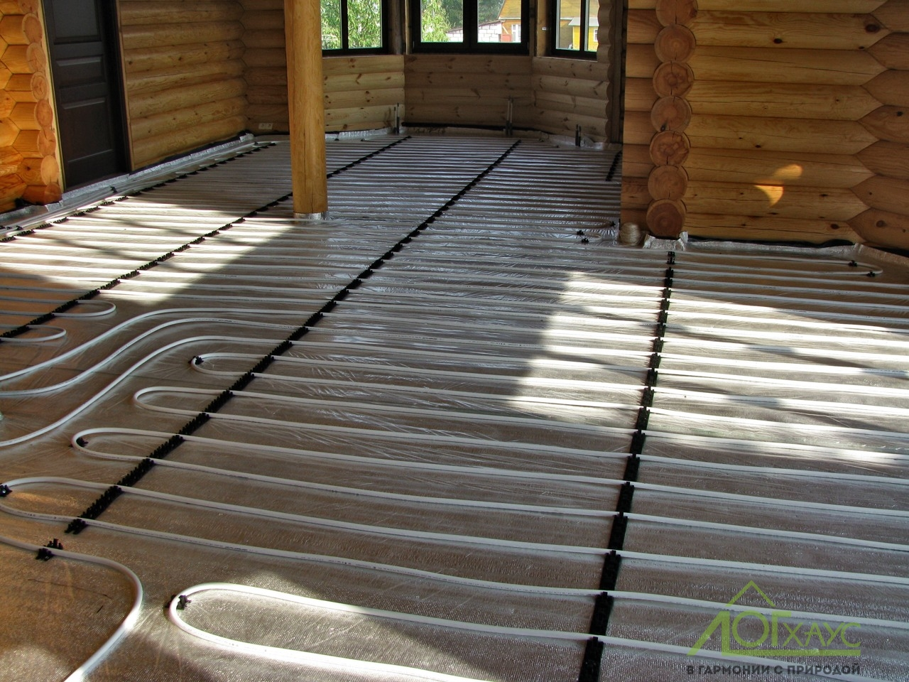 Монтаж теплого пола в доме из бревна